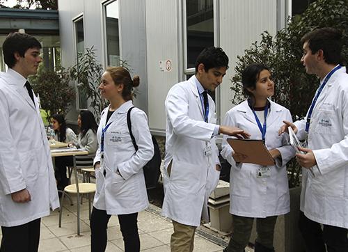 Grupo de estudiante de medicina de universidad del desarrollo
