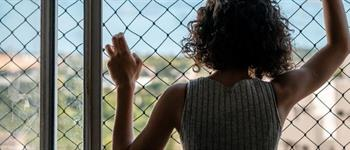 Caídas de ventanas: ¿Cómo elegir una malla de seguridad?
