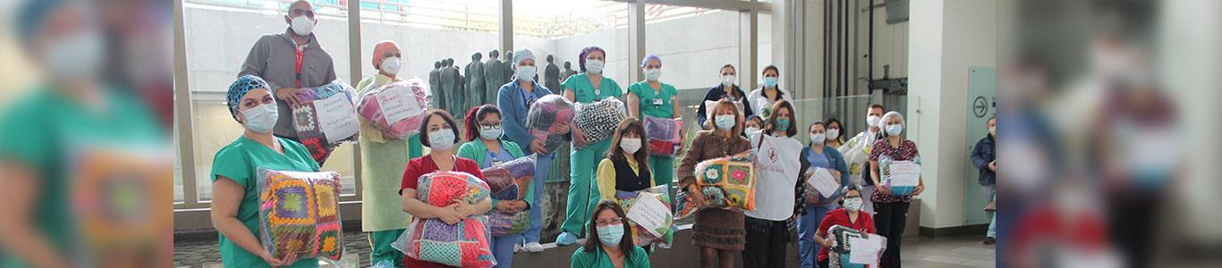 Departamento de Enfermería entrega abrigo a adultos mayores