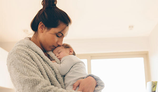 Mujer con bebé depresión post parto