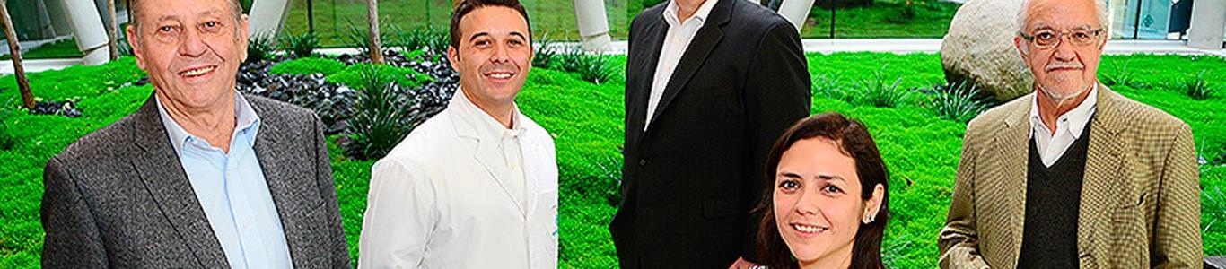 Equipo médico experto y líder en cirugía robótica