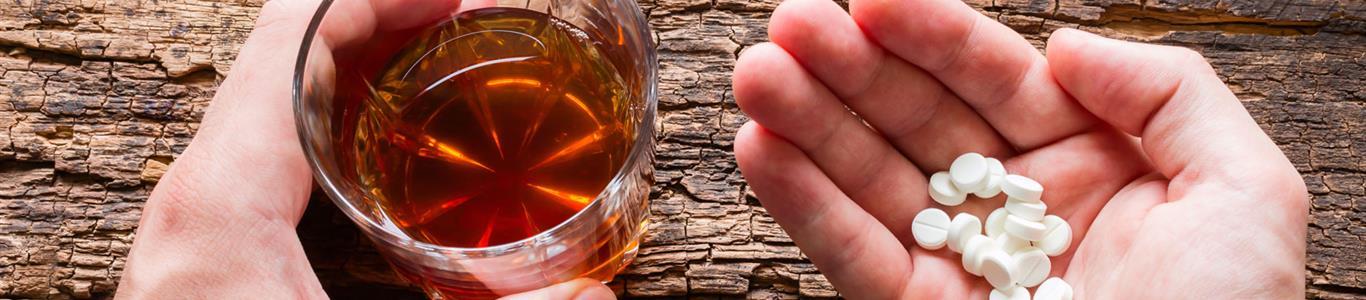 Los riesgos de mezclar alcohol y medicamentos