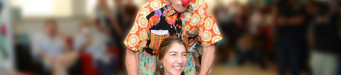 Patch Adams en Clínica Alemana: Contagia de alegría a los pacientes