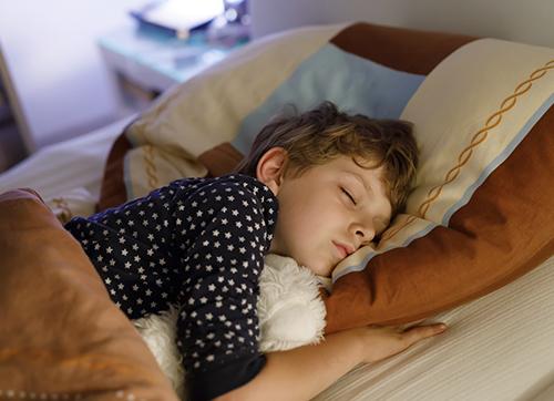 Niño durmiendo en una cama